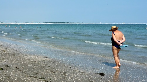 old-venetican-lady-on-beach-no-age-boundary-here