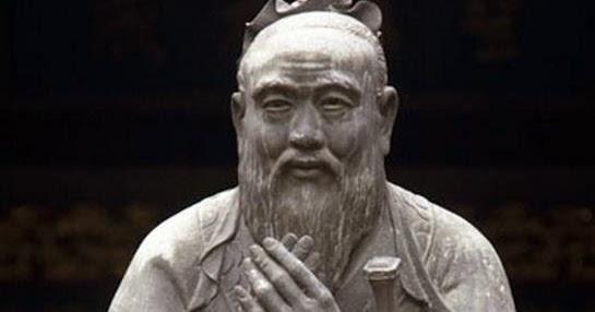 Confucio estatua bronce manos juntas